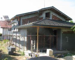 Полагане на топлоизолация на къща.